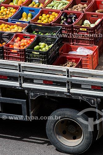 Detalhe de frutas e legumes na carroceria de caminhão após a feira de alimentos orgânicos da Praça Luís de Camões  - Rio de Janeiro - Rio de Janeiro (RJ) - Brasil