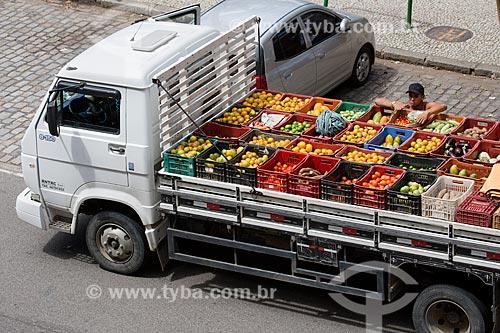 Homem carregando frutas e legumes na carroceria de caminhão após a feira de alimentos orgânicos da Praça Luís de Camões  - Rio de Janeiro - Rio de Janeiro (RJ) - Brasil