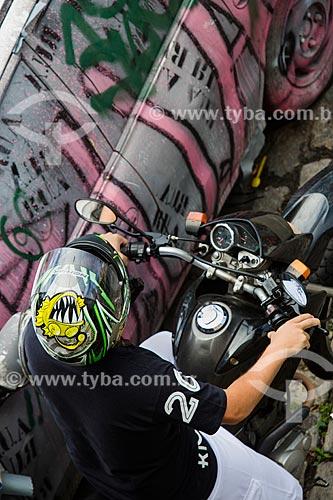 Motociclista estacionado ao lado de carro depredado  - Rio de Janeiro - Rio de Janeiro (RJ) - Brasil