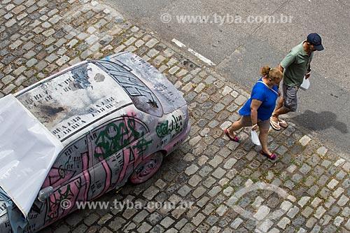 Carro depredado estacionado próximo a Praça Luís de Camões  - Rio de Janeiro - Rio de Janeiro (RJ) - Brasil