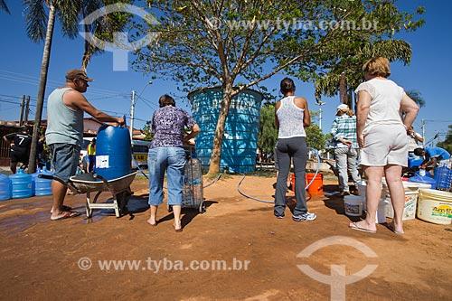 Fila para pegar água no reservatório instalado na praça pela Prefeitura durante a crise de abastecimento no Sistema Cantareira  - Itu - São Paulo (SP) - Brasil