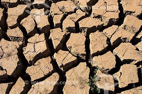 Detalhe do solo rachado na Represa de Jacareí durante a crise de abastecimento no Sistema Cantareira  - Joanópolis - São Paulo (SP) - Brasil