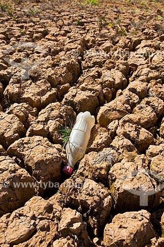 Garrafa no solo rachado da Represa Jaguari durante a crise de abastecimento no Sistema Cantareira  - Vargem - São Paulo (SP) - Brasil