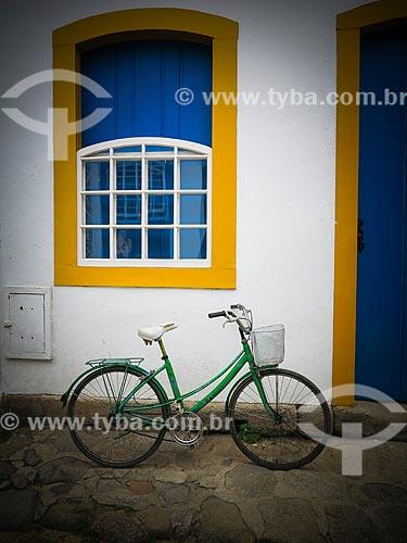 Bicicleta encostada na fachada de casa  - Paraty - Rio de Janeiro (RJ) - Brasil