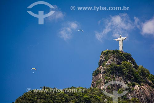 Parapentes com Cristo Redentor vistos a partir do bairro de Laranjeiras  - Rio de Janeiro - Rio de Janeiro (RJ) - Brasil