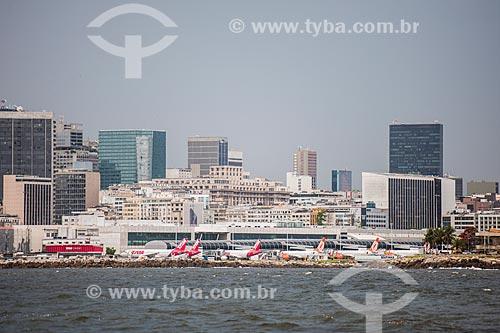 Vista do Aeroporto Santos Dumont com os prédios do centro da cidade ao fundo a partir da Baía de Guanabara  - Rio de Janeiro - Rio de Janeiro (RJ) - Brasil