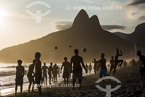 Pessoas jogando futebol na orla da Praia de Ipanema com Morro Dois Irmãos ao fundo  - Rio de Janeiro - Rio de Janeiro (RJ) - Brasil