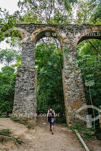 Homem passando sob um dos arcos do Aqueduto do Lazareto próximo à Vila do Abraão  - Angra dos Reis - Rio de Janeiro (RJ) - Brasil