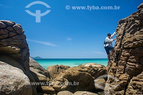 Homem escalando rochedo na orla da Praia de Lopes Mendes  - Angra dos Reis - Rio de Janeiro (RJ) - Brasil