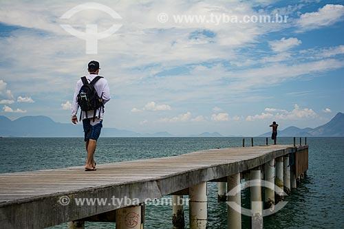 Homens no Píer da Praia Grande de Palmas  - Angra dos Reis - Rio de Janeiro (RJ) - Brasil
