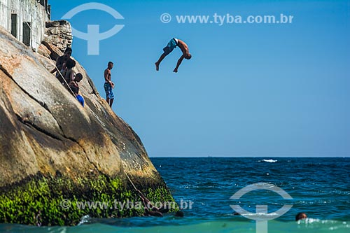 Jovem pulando no mar a partir de pedra no Mirante do Leme - também conhecido como Caminho dos Pescadores  - Rio de Janeiro - Rio de Janeiro (RJ) - Brasil