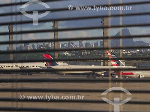 Vista de avião a partir da sala de embarque do Aeroporto Internacional Antônio Carlos Jobim  - Rio de Janeiro - Rio de Janeiro (RJ) - Brasil