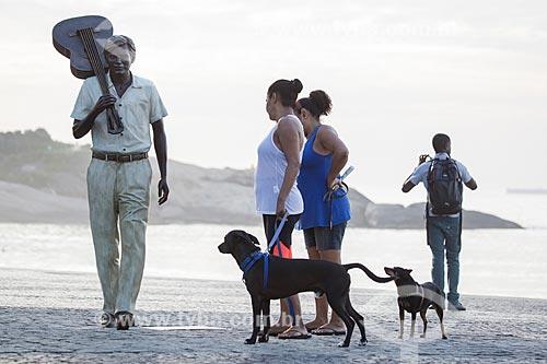 Pedestres próximo à estátua do maestro Tom Jobim no calçadão da Praia do Arpoador  - Rio de Janeiro - Rio de Janeiro (RJ) - Brasil