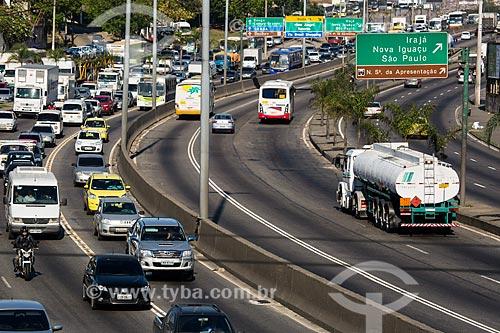 Carros de passeio na faixa seletiva da Avenida Brasil próximo à passarela 22  - Rio de Janeiro - Rio de Janeiro (RJ) - Brasil