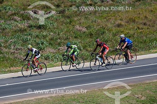 Ciclistas no Arco Metropolitano próximo à Seropédica  - Seropédica - Rio de Janeiro (RJ) - Brasil