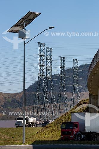 Célula solar usada na iluminação do Arco Metropolitano com torres de transmissão ao fundo  - Seropédica - Rio de Janeiro (RJ) - Brasil