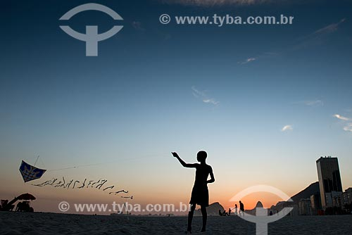 Menino soltando pipa na Praia de Copacabana  - Rio de Janeiro - Rio de Janeiro (RJ) - Brasil