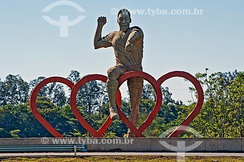 Estátua do jogador Pelé na Rodovia Fernão Dias (BR-381)  - Três Corações - Minas Gerais (MG) - Brasil