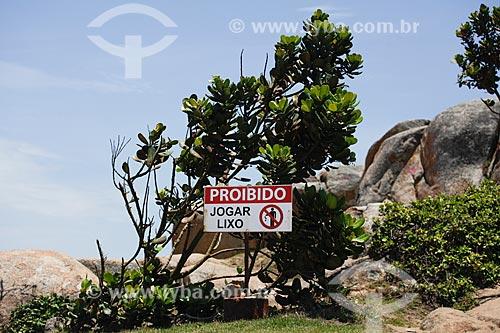 Placa com os dizeres: proibido jogar lixo, na Prainha  - Casimiro de Abreu - Rio de Janeiro (RJ) - Brasil