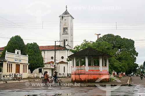 Praça na cidade de Soure com a Igreja Matriz de Nossa Senhora da Consolação ao fundo  - Soure - Pará (PA) - Brasil