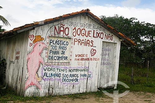 Casa com desenho com os dizeres: Não jogue lixo no chão - na Ilha de Maiandeua  - Maracanã - Pará (PA) - Brasil