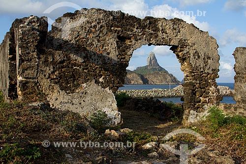 Ruínas do Fortim de Santo Antônio com o Morro do Pico ao fundo  - Fernando de Noronha - Pernambuco (PE) - Brasil