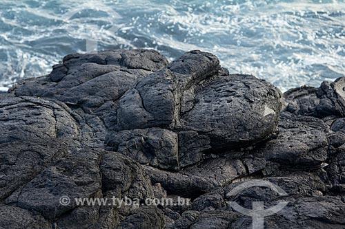 Rocha vulcânica no litoral do Arquipélago de Fernando de Noronha  - Fernando de Noronha - Pernambuco (PE) - Brasil