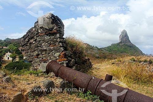 Canhão do Forte de Nossa Senhora dos Remédios com o Morro do Pico ao fundo  - Fernando de Noronha - Pernambuco (PE) - Brasil