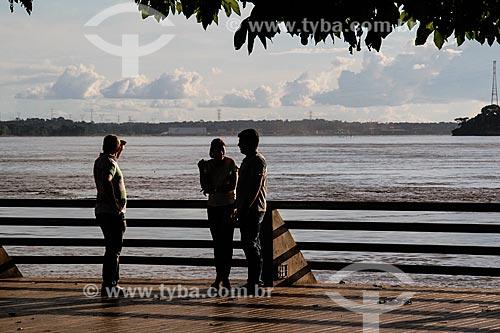 Pessoas às margens do Rio Madeira - Praça Madeira-Mamoré  - Porto Velho - Rondônia (RO) - Brasil