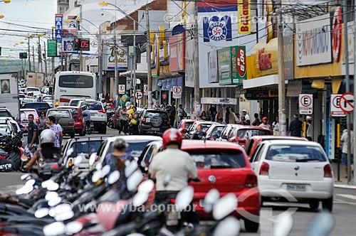 Motocicletas estacionadas e tráfego na Avenida Goiás  - Jataí - Goiás (GO) - Brasil