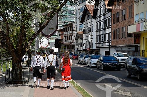 Pessoas com trajes típicos alemães durante a Oktoberfest  - Blumenau - Santa Catarina (SC) - Brasil