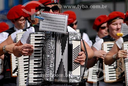 Músicos com trajes típicos alemães durante a Oktoberfest  - Blumenau - Santa Catarina (SC) - Brasil