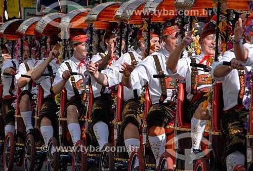 Pessoas com trajes típicos alemães - bicicleta com vários lugares conhecida como Centopéia - durante o desfile da Oktoberfest  - Blumenau - Santa Catarina (SC) - Brasil