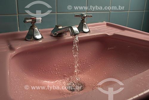 Torneira aberta na pia do banheiro  - Teresópolis - Rio de Janeiro (RJ) - Brasil