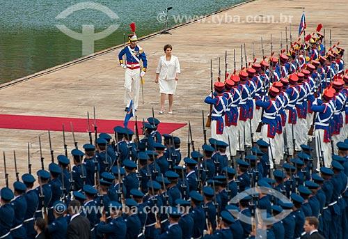 Presidente Dilma Rousseff passando em revista às Forças Armadas durante a cerimônia de posse do primeiro mandato  - Brasília - Distrito Federal (DF) - Brasil