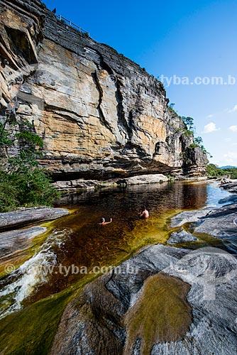 Banhistas no Rio Preto sob o Paredão de Santo Antônio no Parque Estadual do Ibitipoca  - Lima Duarte - Minas Gerais (MG) - Brasil