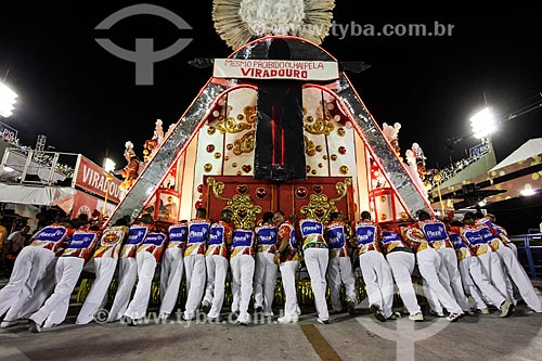 Desfile do Grêmio Recreativo Escola de Samba Unidos do Viradouro - Homens empurrando carro alegórico  - Rio de Janeiro - Rio de Janeiro (RJ) - Brasil