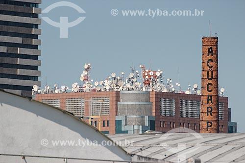 Detalhe das antenas no Teleporto do Rio de Janeiro com a chaminé da antiga fábrica do Açúcar Pérola à direita  - Rio de Janeiro - Rio de Janeiro (RJ) - Brasil