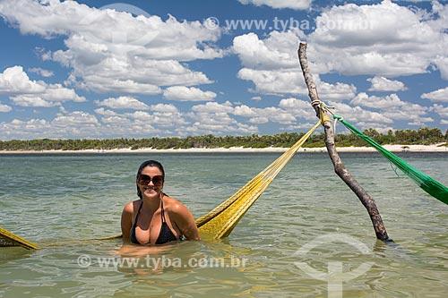 Mulher em praia da orla de Jijoca de Jericoacoara  - Jijoca de Jericoacoara - Ceará (CE) - Brasil