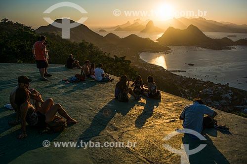 Turistas observando o pôr do sol no Rio de Janeiro a partir do Parque da Cidade de Niterói  - Niterói - Rio de Janeiro (RJ) - Brasil