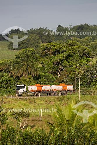 Caminhão-tanque na Rodovia BR-324 - próximo ao município de São Sebastião do Passé  - São Sebastião do Passé - Bahia (BA) - Brasil