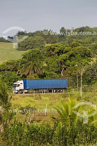 Caminhão na Rodovia BR-324 - próximo ao município de São Sebastião do Passé  - São Sebastião do Passé - Bahia (BA) - Brasil