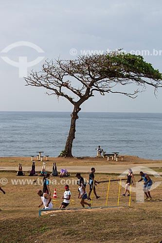 Pessoas se exercitando na orla da Praia da Pituba  - Salvador - Bahia (BA) - Brasil