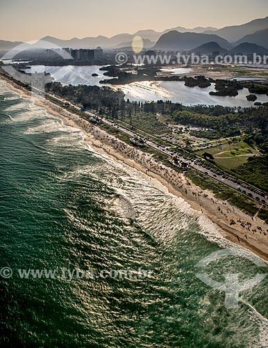 Foto aérea da Avenida Lúcio Costa - também conhecida como Avenida Sernambetiba - entre a Lagoa de Marapendi e a Praia da Reserva  - Rio de Janeiro - Rio de Janeiro (RJ) - Brasil