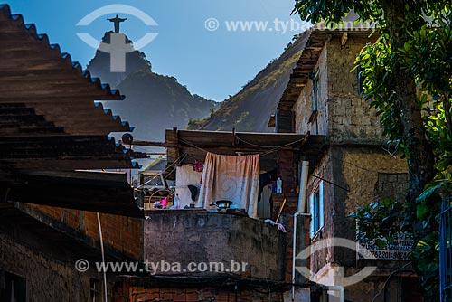 Casas na Favela Santa Marta com o Cristo Redentor ao fundo  - Rio de Janeiro - Rio de Janeiro (RJ) - Brasil
