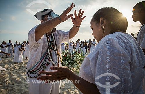 Praticantes do Candomblé em ritual na praia  - Rio de Janeiro - Rio de Janeiro (RJ) - Brasil