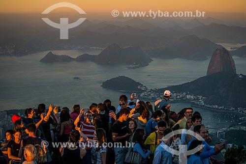 Turistas no mirante do Cristo Redentor com o Pão de Açúcar ao fundo  - Rio de Janeiro - Rio de Janeiro (RJ) - Brasil