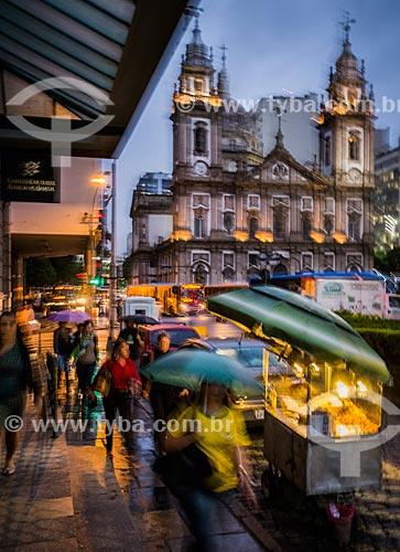 Pessoas na entrada do Centro Cultural Banco do Brasil com a Igreja de Nossa Senhora da Candelária (1609) ao fundo  - Rio de Janeiro - Rio de Janeiro (RJ) - Brasil