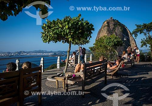 Turistas no Morro da Urca com o Pão de Açúcar ao fundo  - Rio de Janeiro - Rio de Janeiro (RJ) - Brasil