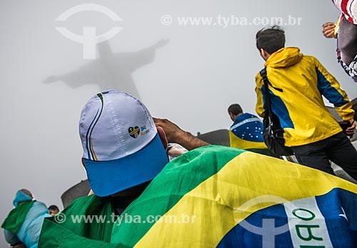 Homem fotografando o Cristo Redentor durante a Jornada Mundial da Juventude (JMJ)  - Rio de Janeiro - Rio de Janeiro (RJ) - Brasil